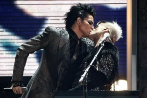"""Screencap of """"the kiss"""" during the AMAs."""
